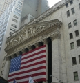 Velká vlajka na budově burzy