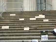 Nápisy na schodech památníku Federal Hall