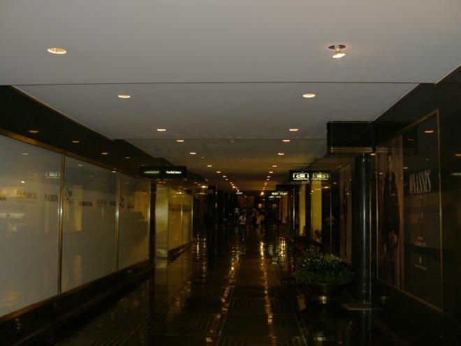 Uvnitř Rockefellerova centra, v přízemí a ve dvou podzemních patrech, je obchoďák. Odlišnost od našich křiklavých obchoďáků je vidět na první pohled. Z mramoru čiší luxus, ale na mě tam bylo docela dost temno.