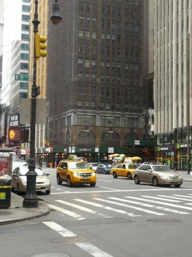 Typické žluté taxíky jezdí všude.