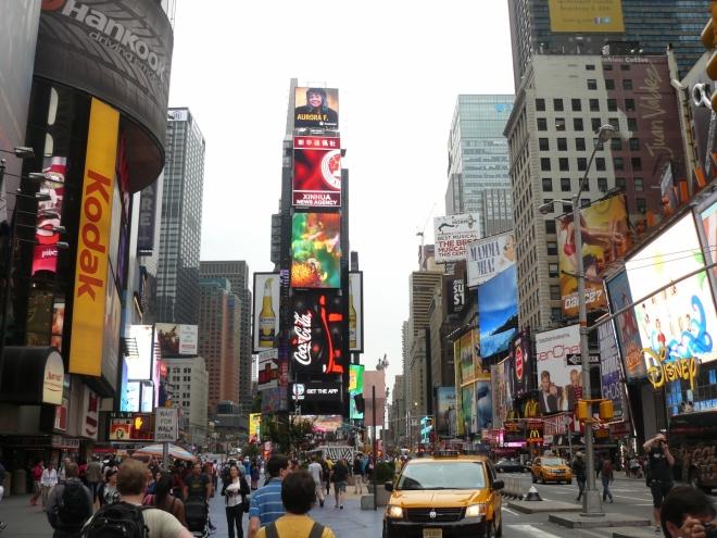 Times Square je nejšílenější místo v Manhattanu. Všude obrazovky pokryté reklamami, spousta lidí a aut ...