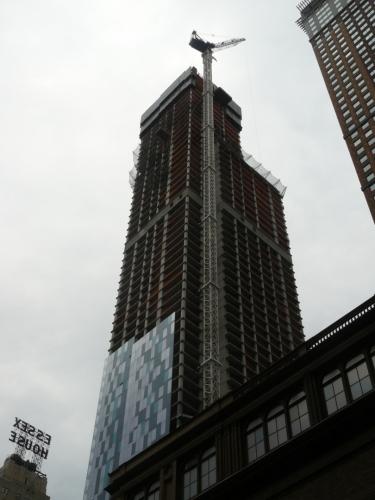Stavba z větší blízkosti. Jeřáb je opravdu vysoký. Aby se neohýbal či dokonce nezlomil, je připoután k budově, jíž pomáhá stavět.