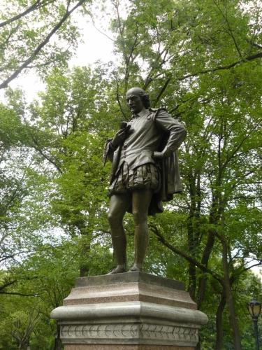 Shakespeare vážně shlíží dolů na lidi. Nebo má v ruce mobil a čte si zprávy?