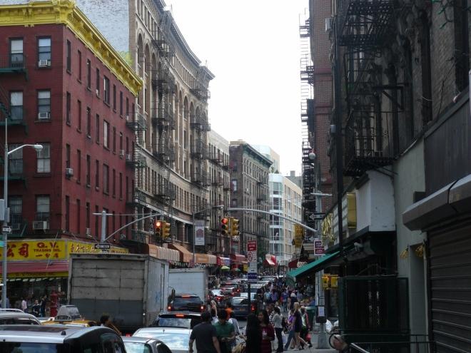 Chinatown, neboli čínská čtvrť, je plná lidí a především aut. Trhovci tam na ulici prodávají mražené nebo i živé ryby, žáby a podobně. Tohle je však asi jen slabý odvar atmosféry na asijských tržištích.