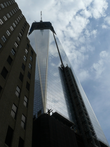 Pohled na stavěný mrakodrap zespodu.