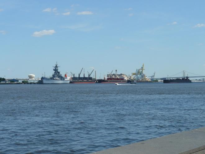 V dáli vidíme velké lodě. Že by flotila USA?