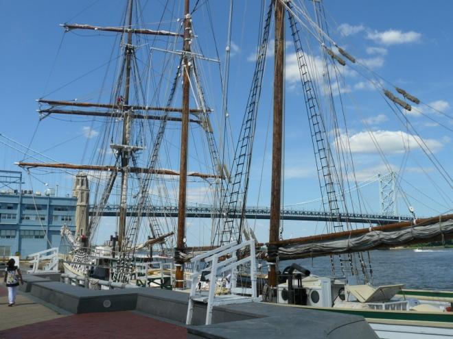 Tato jachta je tu možná běžná věc, my, co nemáme v rodné zemi moře, si ji však rádi vyfotíme.