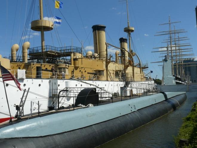 Loď Olympia a ponorka Becuna sloužící jako muzeum