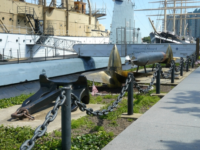 Kotva, lodní šroub a torpédo.