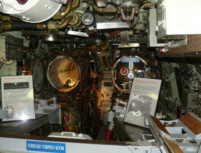 Jsme uvnitř ponorky a první, co vidíme, jsou odpalovače torpéd. Jeden je dokonce plný!