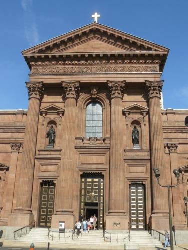 Katedrála sv. Petra a Pavla. Klidně by mohla stát i Evropě, architektura je pravděpodobně stejná.