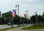 Vlajky podél ulice směřující od centra k muzeu umění