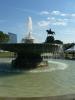 Vzadu socha Washingtona