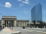 Klasicistní nádraží a mrakodrap Cire Center