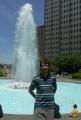 Moje maličkost před fontánou v parčíku poblíž City Hall (radnice)