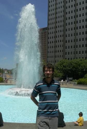Moje maličkost (zvýrazněná srovnáním s mrakodrapy) před fontánou v parčíku poblíž City Hall (radnice)