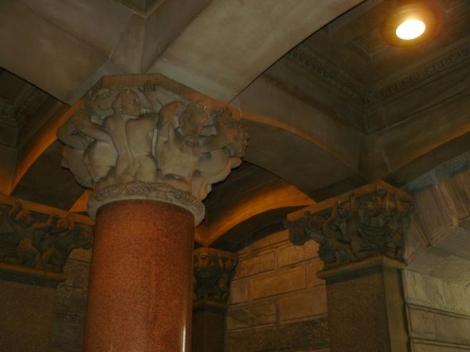 Hlavy na sloupech v radnici symbolizují jednotlivé rasy, zde jsou asi indiáni.