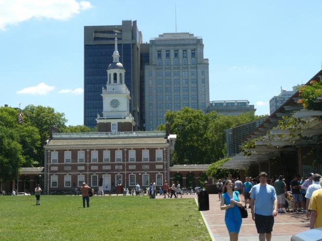 Independence Hall (vpředu), budova, u níž byla vyhlášena nezávislost a kde pak několik let sídlil kongres USA.