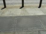 Významné události a profil budovy na chodníku