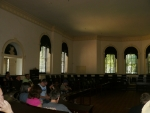 Tam, kde dříve zasedali mocní muži, posloucháme přednášku.