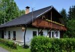 Dobrá se svými tyrolskými alpskými domy stojí za prohlídku. Ta nám ani minout nemůže, jiná cesta, než okolo mnoha budov ani není.