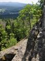 Skála na vrcholu je několik desítek metrů dlouhá, ale skalnatý hřeben pokračuje i směrem k vrcholu Stožce.