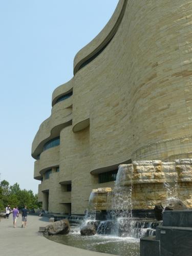 Indiánské muzeum. Podobně jako ostatní muzea ve městě má mohutnou budovu, tato navíc svým vzhledem odpovídá obsahu.