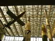 Pohled ke stropu muzea na špičky raket.