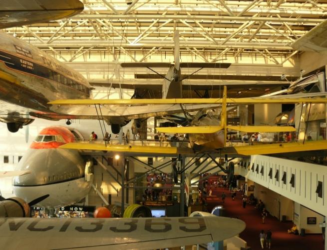 Prostor haly je zaplněn letadly, jak jen to jde.