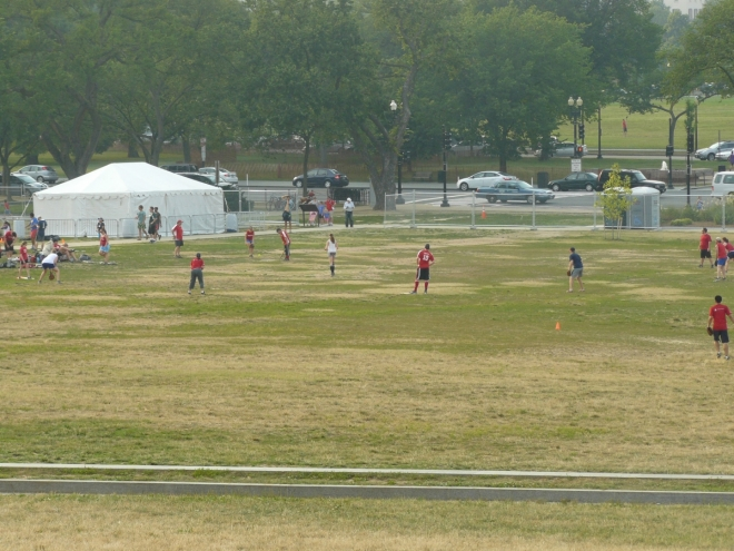 Vedle monumentu se hraje baseball (nebo softball)