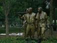 Vojáci u památníku války ve Vietnamu