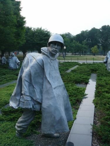 Proč se tu mám plížit korejskou džunglí a nesedím doma? :/ (Jedna ze soch u památníku korejské války)