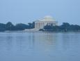 Jeffersonův pomník přes jezero spojené s řekou Potomac