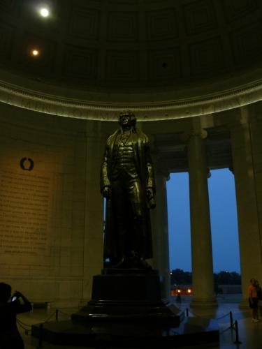 Socha Jeffersona uprostřed pomníku už kvůli tmě skoro něšla vyfotit ...
