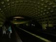 V metru na stanici Crystal City je dost temno ...