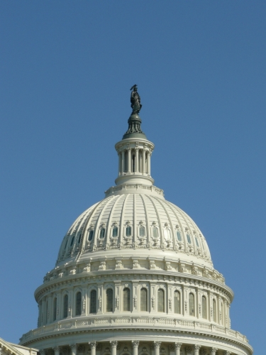 Na vrcholu kopule je socha symbolizujicí svobodu