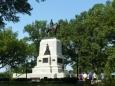Neidentifikovaná socha poblíž Bílého domu.