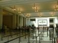 Sál návštěvního centra a fronta na prohlídku. Připojujeme se na konec a jsme hned s celou dávkou turistů vpuštěni do kinosálu.