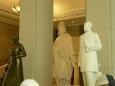 Návštěvní sál je plný soch