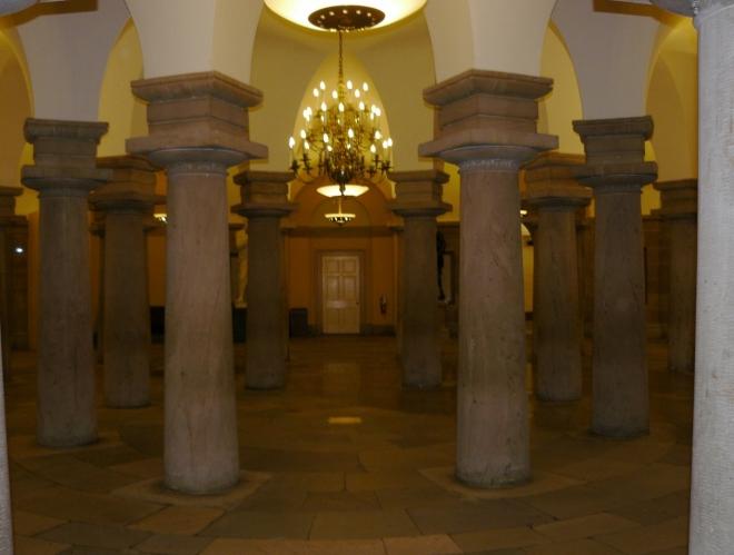 Středový bod Kapitolu a zároveň celého Washingtonu. Pod ním se nachází prázdná hrobka pro George Washingtonu, příbuzní ho tam však nechtěli vydat.
