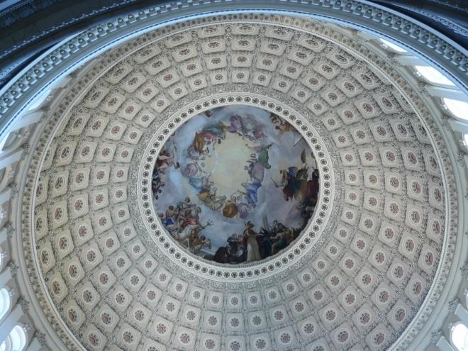 Kopule Kapitolu zevnitř. Nahoře je samozřejmě George Washington, překvapivě mezi řeckými bohy, například Neptunem.
