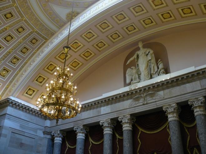 Bývalý sál sněmovny reprezentantů je dnes sál soch. Reprezentanty, kteří se stali později prezidenty, připomínají štítky na zemi na místě, kde měli stůl. Sál má zajímavou akustiku, když se člověk nachází na jednom kraji, je dobře slyšet z druhého kraje, ale ne ze středu.