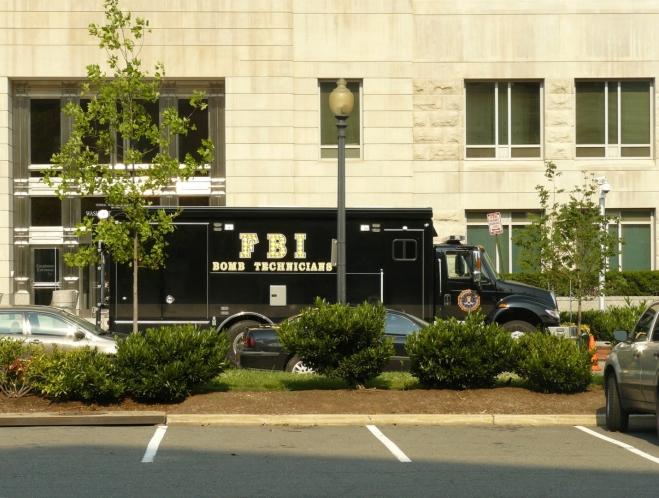 FBI Bomb Technicians. Zajímalo by mě, co se tam dělo, kousek byla ještě další policejní auta ...