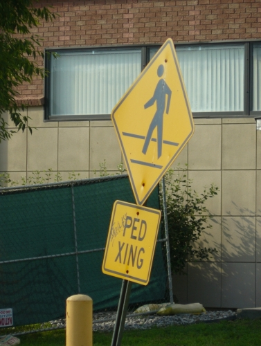 PED XING, neboli pedestrian crossing značí přechod. Viděl jsem ještě BIKE XING (cyklistický přechod) a dokonce DEER XING (jelení přechod) :-) Aneb ať žijí americké zkratky!