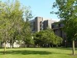 V pozadí budova Computing Research and Education (CoRE), neboli výpočetní výzkum a výuka.