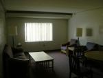 Místnost, v níž se nacházela i kuchyně, byla vybavená jako obývací pokoj a prostorná dost i pro nějakou tu party :-)