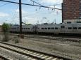 Osobní vlak stavící ve všech stanicích vypadá jako taková stříbrná krabice.