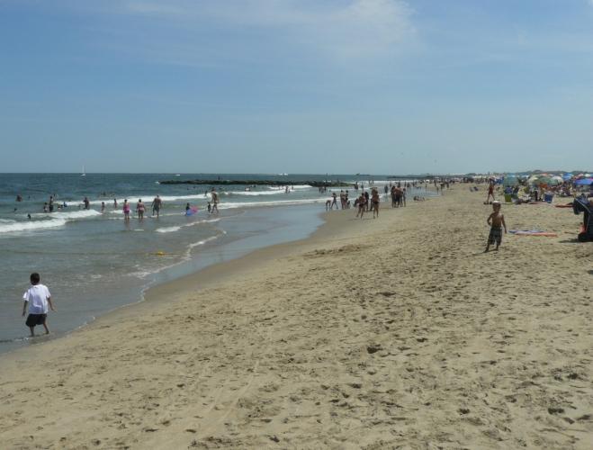 Na pláži v Bradley Beach je spousta lidí, ale místo jsme tam našli snadno.