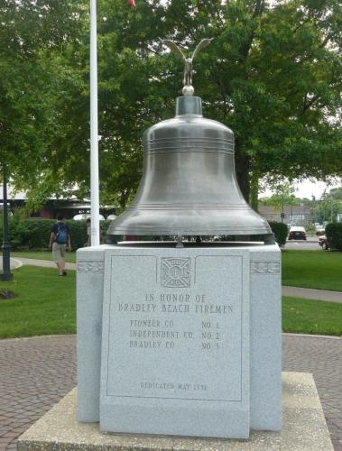 Zvon na počest hasičů. Američané jsou, zdá se, na zvony ulétlí ... (viz také Zvon nezávislosti v článku o Philadelphii)