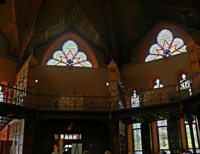 Aby byla vidět mozaika na oknech i knihovna, bylo zapotřebí HDR.